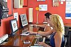 Sprachschülerinnen an den Computern der Sprachschule BELS Gozo