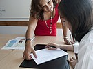 Sprachlehrerin beim Englisch Unterricht mit Schülerin, Linguatime Malta