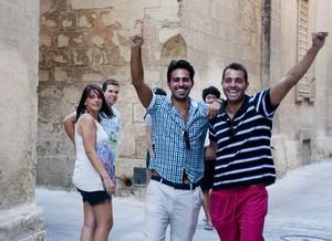 Sprachschüler mit guter Laune auf einer Straße in Malta