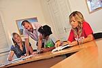 Sprachlehrer hilft Schülern beim Unterricht