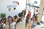Sprachschüler in der Lobby der Sprachschule BELS Malta