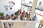 Sprachschüler im Hauptgebäude von BELS Malta in St. Paul's Bay