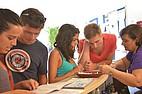 Schüler im Gespräch mit dem Sekretariat von BELS Malta