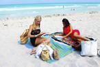Sprachschülerinnen am Strand