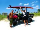 Sprachschüler mit Surfboard am Strand in Miami Beach