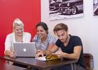 Sprachschüler Rennert am Laptop