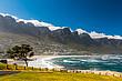 Strand mit Bergen in Südafrika