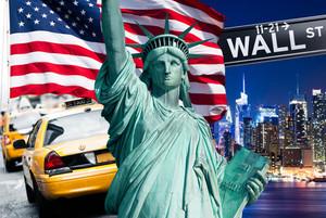 Freiheitsstatue, USA Flagge und Yellow Cabs in New York City