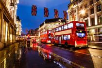 Roter Bus auf einer Londoner Straße unter Union Jack Flaggen