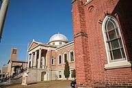 Historisches Gebäude der Wilfrid Laurier University von der Seite