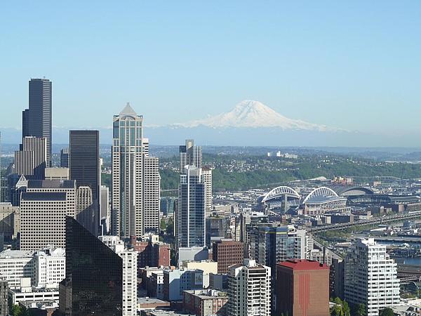 Blick von der Space Needle auf Seattle mit Mount Rainier im Hintergrund