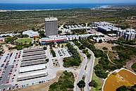 Der Campus der Nelson Mandela Metropolitan University mit dem Strand im Hintergrund
