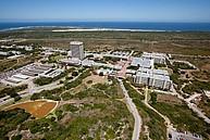 Blick auf den Campus mit dem Ozean im Hintergrund