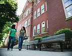 Studenten beim Spaziergang auf dem Campus der Marshall University