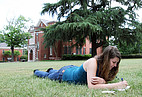 Studentin auf der Wiese des Campus der Mercer University
