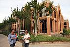 Studenten vor dem historischen Gebäude der Mercer University