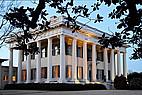 Historisches Gebäude mit Säulen der Mercer University