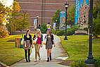 Studentinnen auf dem Gelände der Mercer University