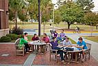 Studenten der Mercer University sitzen an Tischen