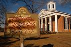 """Schild mit Aufschrift """"Old Mercer"""" vor historischen Gebäude"""