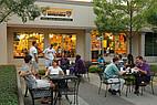 Studenten sitzen draußen vor einem Café der Mercer University