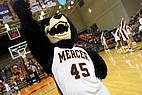 Basketballspiel der Mercer University mit Maskottchen
