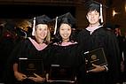 Drei Absolvente der Mercer University mit Urkunde