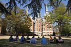 Studenten sitzen unter Bäumen auf dem Campus der Mercer University