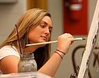 Studentin während eines Kunstseminars
