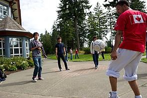 Studenten spielen Fußball während einer Pause