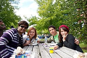 Studenten während einer Pause auf dem Campus