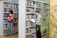 Studenten in der Bibliothek der DUFE