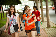 Studenten auf dem Weg zum Seminar