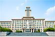 Hauptgebäude der Nankai University mit Zhou Enlai Statue