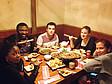 Internationale Studenten beim gemeinsamen Abendessen