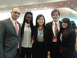 Nubwa mit anderen Studenten der Kwantlen Model United Nations