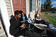 Lerngruppe vor einem Studentenwohnheim