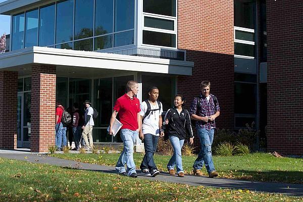Thomas College Studenten auf dem Weg zur Vorlesung