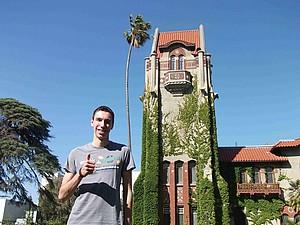 Deutscher Student vor dem historischen Gebäude an der San José State University (Kalifornien)
