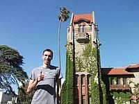 Deutscher Student vor einem historischen Gebäude der San José State University in Kalifornien