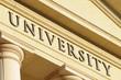 Gebäude mit Aufschrift Universität