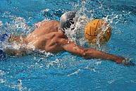 Wasserballer bei Ballbesitz in Vorwärstbewegung