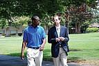 Student und Professor bei gemeinsamen Spaziergang über den Campus